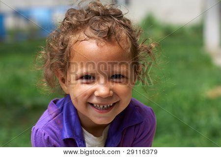 Arm und schmutzig, aber immer noch glücklich und lächelnd niedliche kleine Zigeunermädchen
