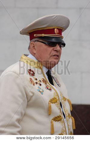 KIEV, Ucrania - 6 de junio: El líder de la banda de traje histórico. Festival anual de Ukrain tradicional