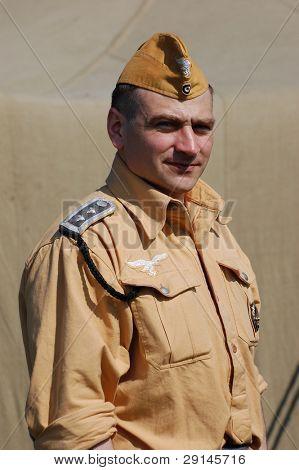 Kiew, UKRAINE - 9. Mai: Eine militärische Geschichte-Club-Mitglied trägt eine historische deutsche Fallschirmspringer-tropi