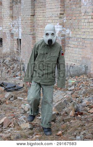 homem em uma máscara de proteção