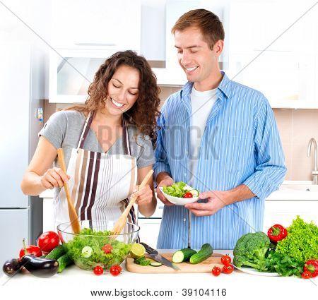 Cooking.Happy paar Cooking Together - Mann und Frau in ihrer Küche zu Hause vorbereiten Gemüse S