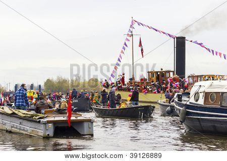 AMSTERDAM, Países Baixos - 18 de novembro de 2012 - as pessoas dos barcos cumprimentar Sinterklaas