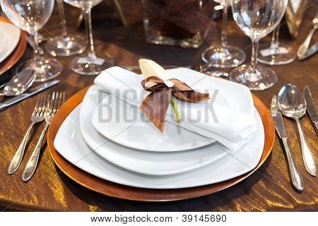 Detalhes do jantar de casamento em branco e marrom