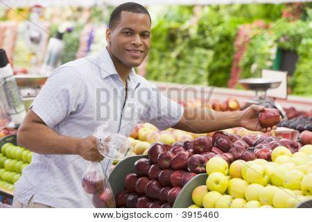 Menschen, die Auswahl von Obst im shop