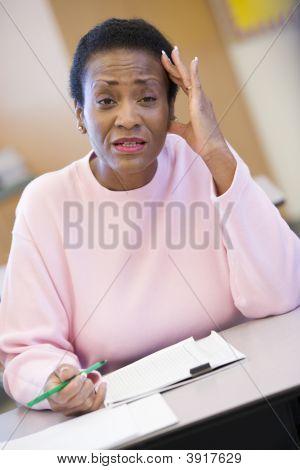 Adult Student in Klasse suchen frustriert