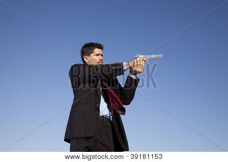 Poderoso empresário com uma arma no exterior