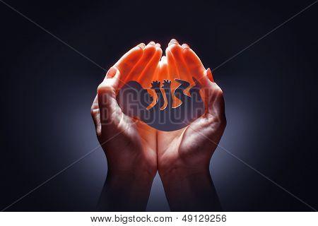 silhueta de embrião na mão da mulher