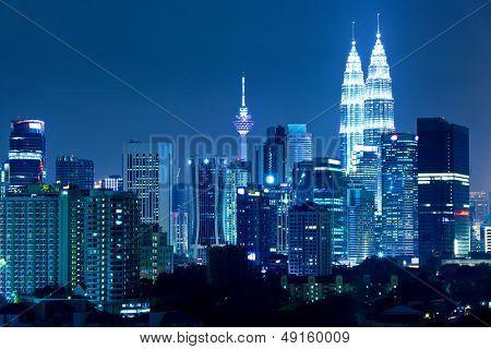 Horizonte de Kuala Lumpur en la noche