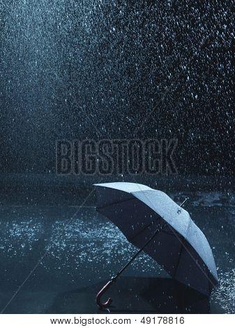 Sin usar paraguas en suelo ser llovido sobre