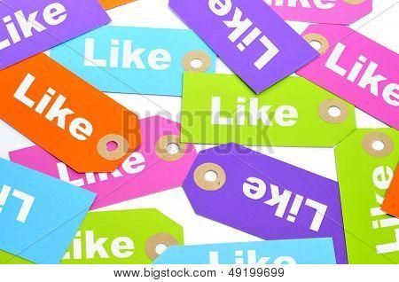 ein Haufen Papier wie Etiketten in verschiedenen Farben mit dem Wort darauf geschrieben