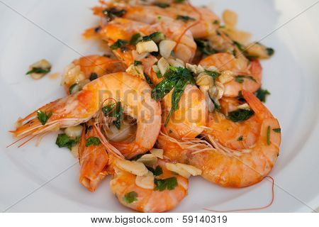 Fried shrimps with the garlic and the parsley