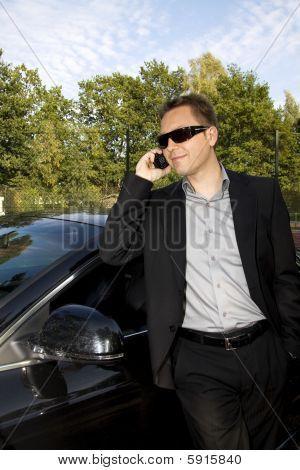 Geschäftsmann an ein Auto