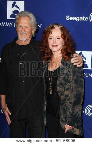LOS ANGELES - JAN 23:  Kris Kristofferson, Bonnie Raitt at the