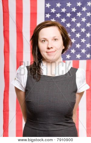 Retrato de mujer joven con bandera de Usa como fondo