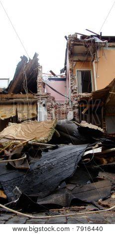 Casa demolida dañado con pisos mostrando
