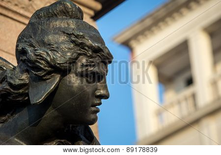 female statue venice