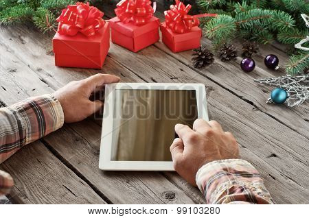 Tablet computer in men hands ?loseup