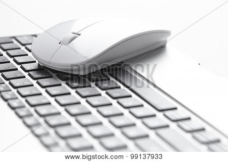 computer mouse near keyboard