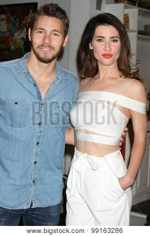 LOS ANGELES - AUG 14:  Scott Clifton, Jacqueline MacInnes Wood at the Bold and Beautiful Fan Event Friday at the CBS Television City on August 14, 2015 in Los Angeles, CA