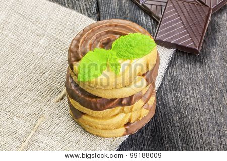 Cookies with chocolate and mint leaves