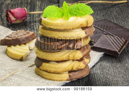 Cookies with chocolate and mint leaves table