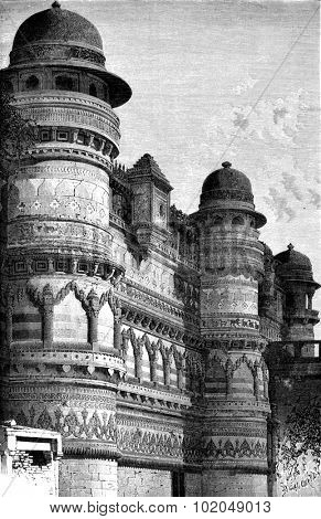 Side facade of the palace Pal, Gwalior, vintage engraved illustration. Le Tour du Monde, Travel Journal, (1872).
