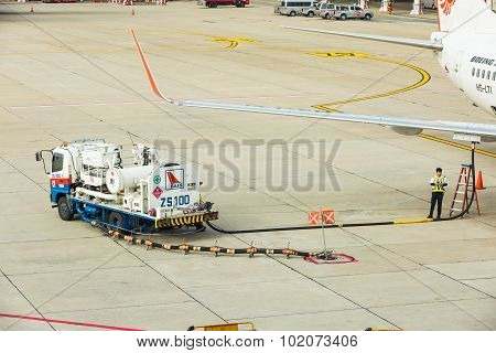 Refuel Truck For Underwing Fueling