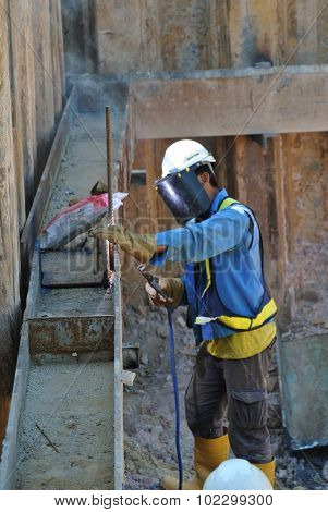 Welder strengthen the sheet pile cofferdam retaining wall