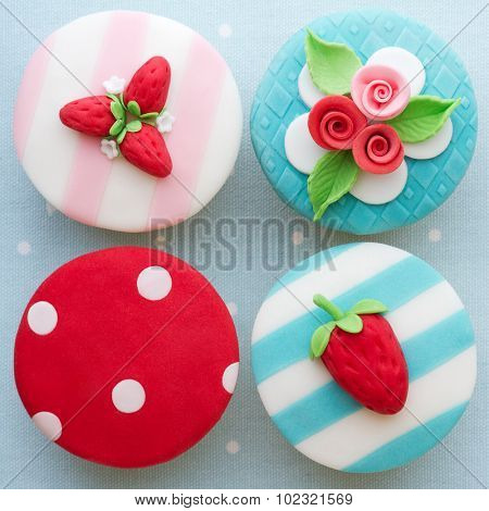 Shabby chic cupcakes decorated with fondant