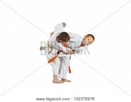 The throw performs an athlete with an orange belt