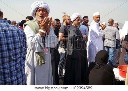 Muslims Praying Mount Arafat Of Mercy (jabal Rahmah)