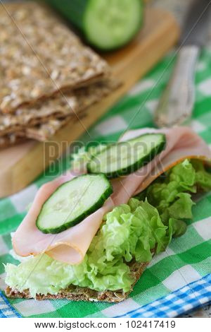 Crisp bread with ham, lettuce and cucumber