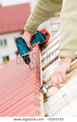 Trabajos de techos con destornillador