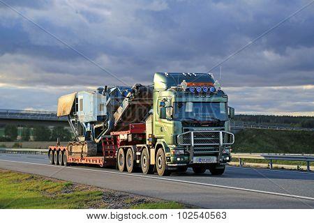 Scania 164 V8 Truck Hauls Terex Pregon Crusher