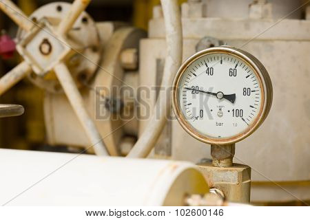 Pressure gauge in oil and gas production process for monitor condition