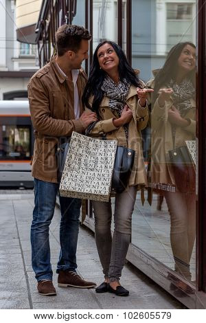 young couple einkausbummel. shopping in the city i enjoy