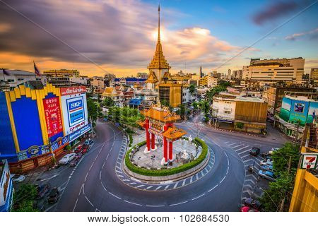 BANGKOK, THAILAND - SEPTEMBER 23, 2015: The Chinatown traffic circle with Wat Traimit behind.