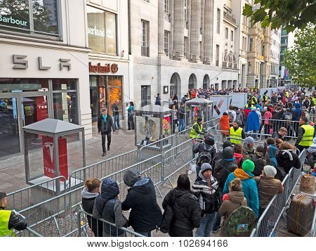 Apple Fans Waiting For The New Iphone 6S In Front Of The Apple Store In Kurfürstendamm