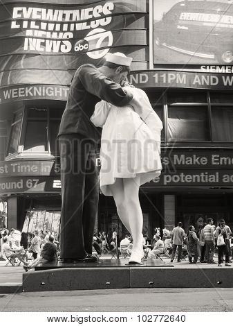 NEW YORK,USA - AUGUST 14,2015 : Figure resembling the famous photograph of a sailor kissing a nurse at Times Square in New York City