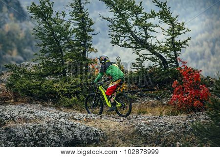 athlete in the discipline of downhill