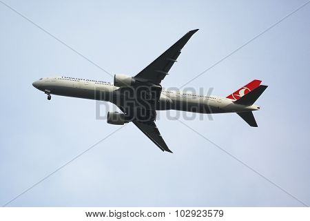Turkish Airlines Boeing 777 descending for landing at JFK International Airport in New York