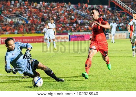 Sisaket Thailand-september 20: Theerachai Ngamcharoen Of Sisaket Fc. (orange) In Action During Thai