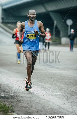 Kenyan John Kyui runs distance finishes