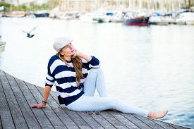 foto of beret  - Woman sitting relaxed in the port of Barcelona - JPG