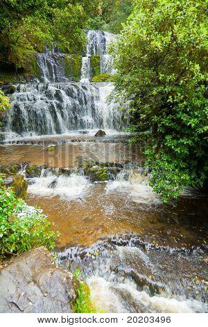 Waterval aan de Purakaunui rivier in het Zuid-eiland van Nieuw-Zeeland