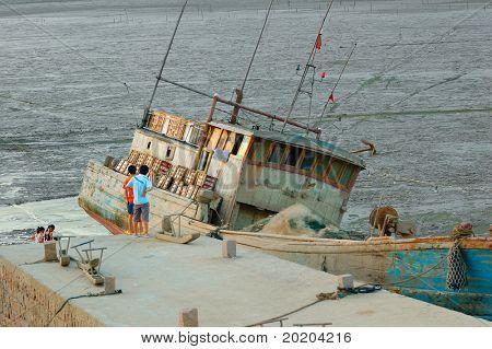 Uma maré de enchente de espera do barco