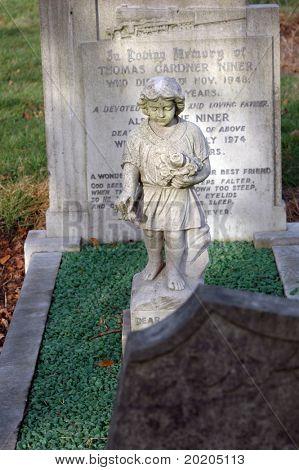 Statue von einem Stein Cherubim / Engel auf einem Friedhof in London, England