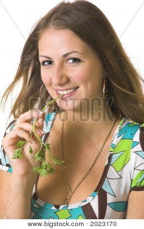 Retrato da menina bonito com um caule de uma salsa