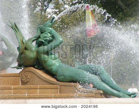 Mujer escultura Swann fuente