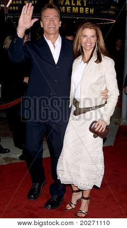 LOS ANGELES - FEB 4:  Arnold Schwarzenegger, Maria Shriver at the COLLATERAL DAMAGE PREMIERE at a Theater on February 4, 2002 in Westwood, CA